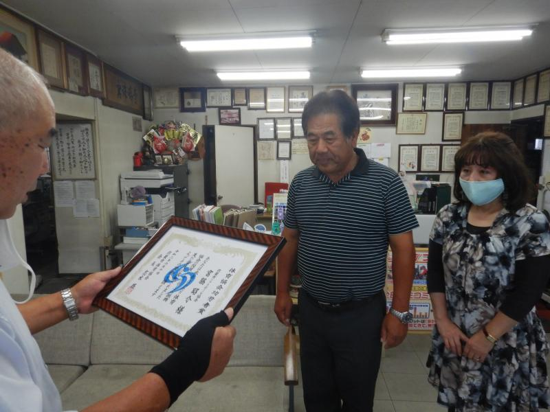 宍粟市体育協会功労者賞を受け取る宮脇昭介さん