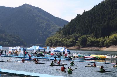 カヌーポロのために特設された会場の様子。来年の本大会では世界中の勇猛な選手たちが音水湖に集まります。