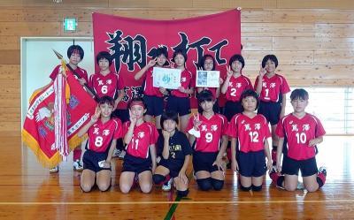 優勝した蔦澤少女バレーボール教室の選手ら