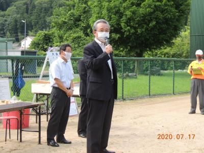 兵庫県議会議員の春名哲夫さんから祝辞を頂戴する様子