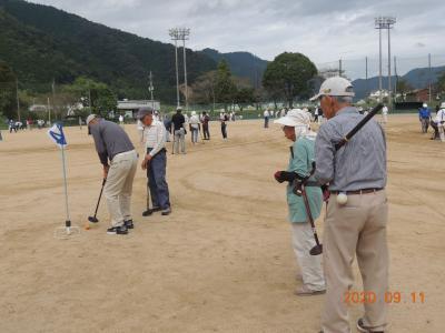 グラウンド・ゴルフ競技中の会員ら