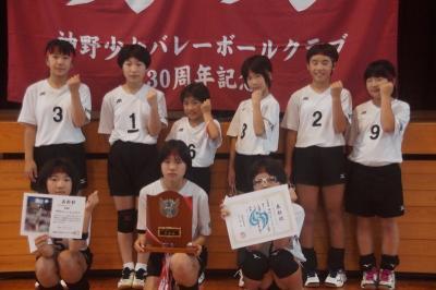 準優勝した神野少女バレーボールクラブの選手ら