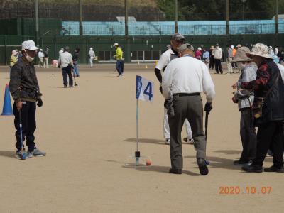 グラウンド・ゴルフを楽しむ参加者ら